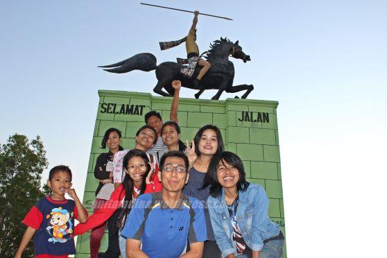 Kebersamaan di bawah patung kuda #takenbyERA